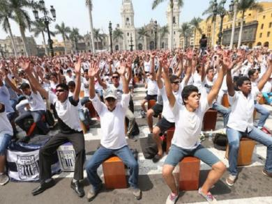 Peruvians break Guinness record for cajón once again